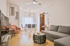 cómoda sala de estar con TV de pantalla plana en apartamento de 3 dormitorios en Barcelona