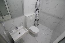 Baño equipado con todos los electrodomésticos y ventanas