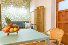 mesa de comedor en apartamento de 1 habitación 2 minutos de la playa de Barceloneta