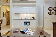 comedor con cocina, estilo americano, blanco y mesa