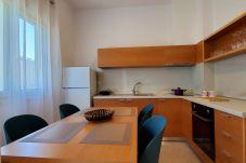 Cocina moderna amueblada con todos los electrodomésticos y mesa de pan.