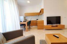 Un interior muy bonito de la sala de estar y la cocina.