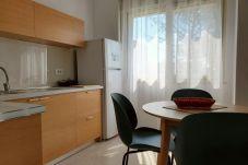 Área de cocina que incluye ventanas y mesa de pan