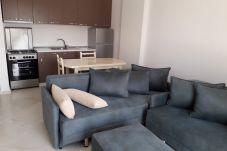 Sala de estar del apartamento así como la cocina con la mesa de pan