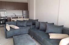 Sala de estar y cocina bastante bien amueblada