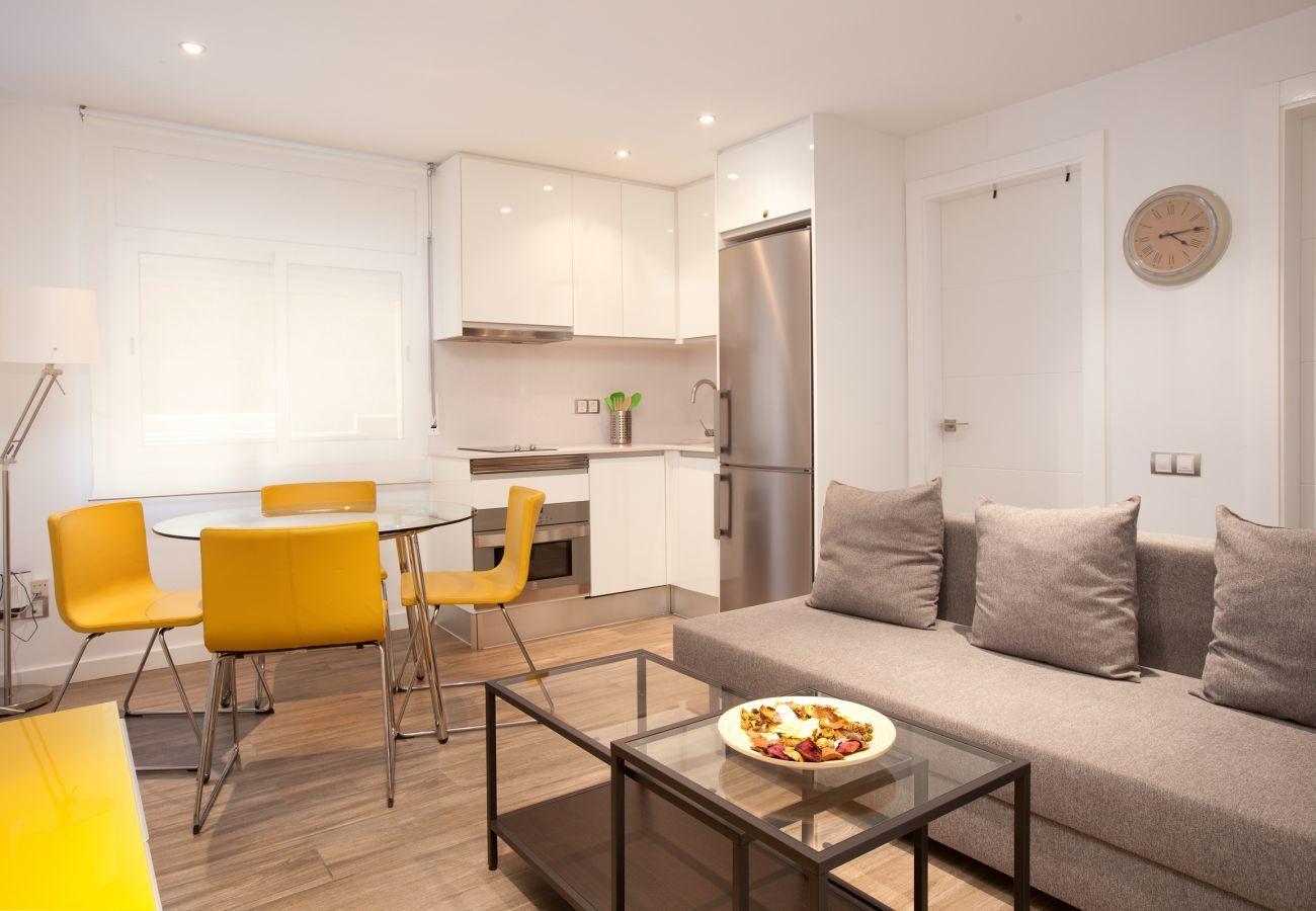 salón con cocina americana de apartamento en Barcelona
