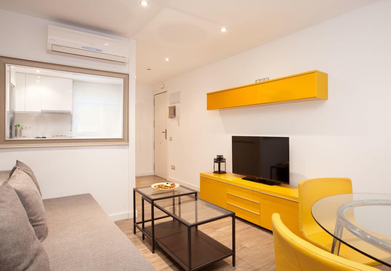 salón con TV en apartamento Apartment INDUSTRIA muy cerca a Hospital Sant Pau