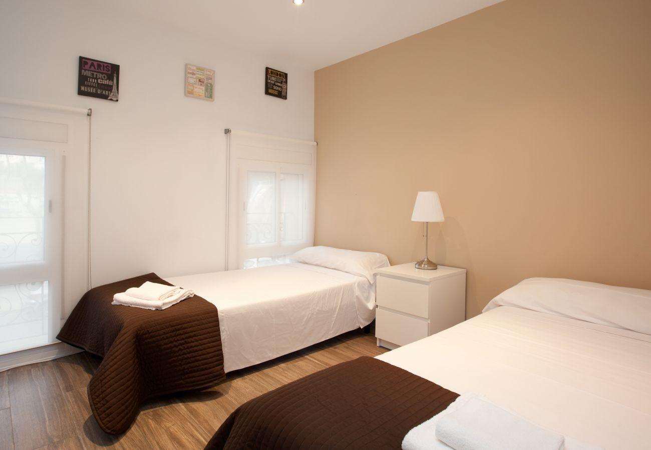 habitación doble con cama de matrimonio en apartamento de 2 dormitorios en Barcelona cerca de la Sagrada Familia