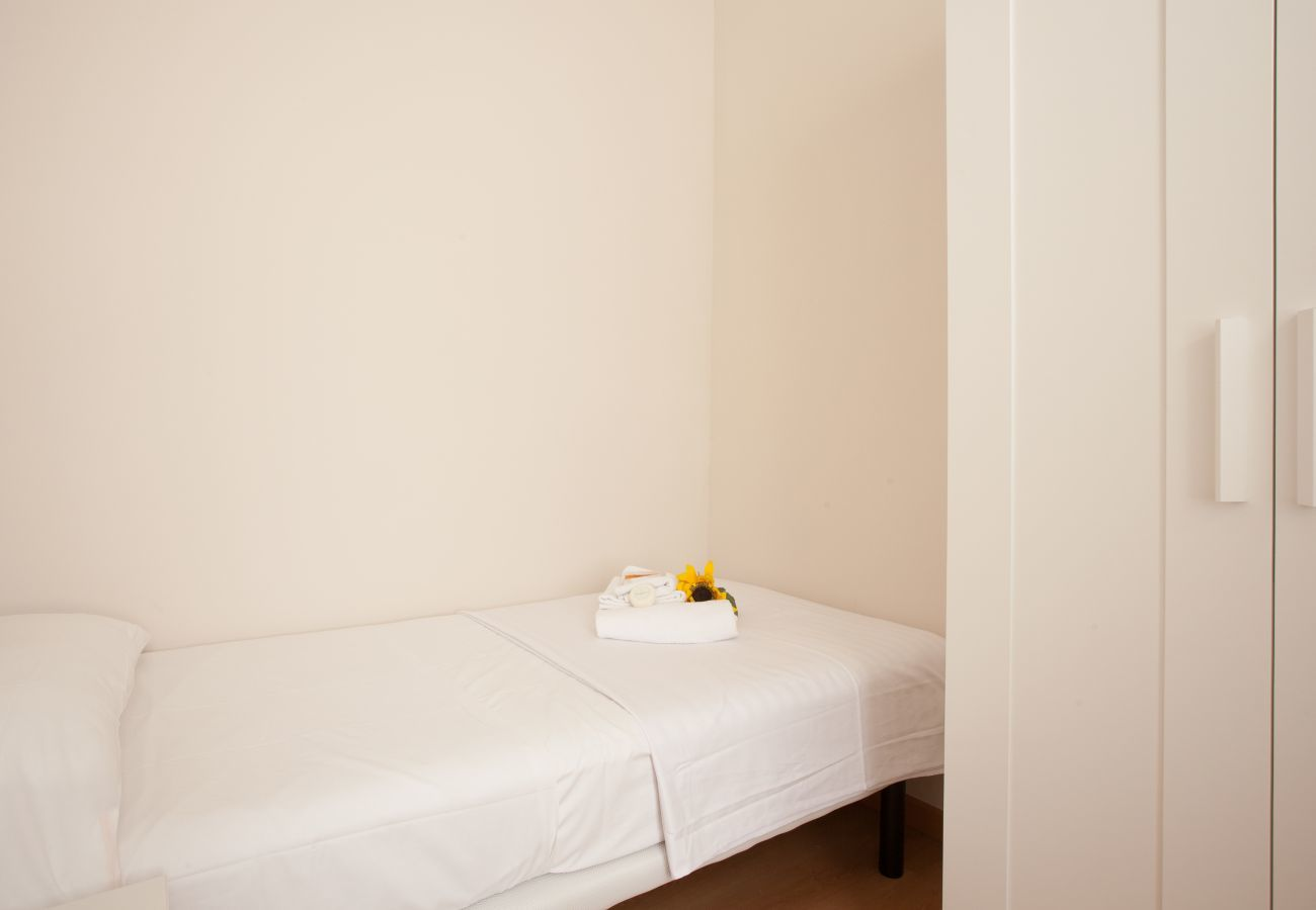 dormitorio del apartamento en Vallcarca con vista a la montaña