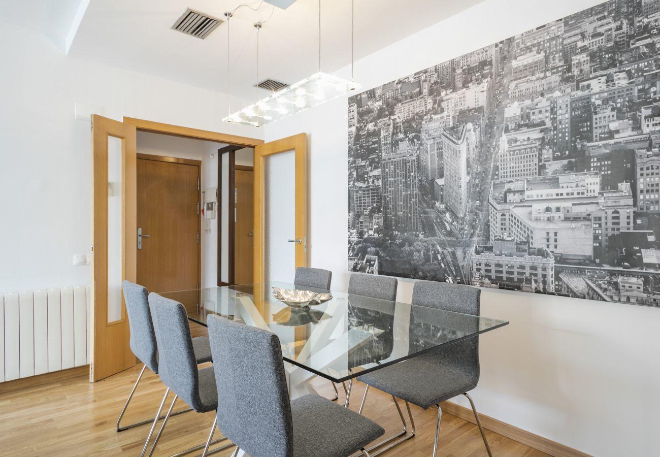 mesa de comedor en el apartamento FLAVOURED BEACH en PobleNou Barcelona