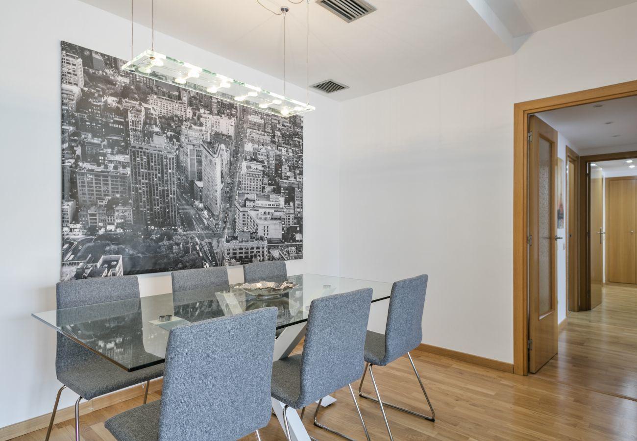 mesa de comedor de vidrio con 6 sillas en apartamento de 3 habitaciones en PobleNou