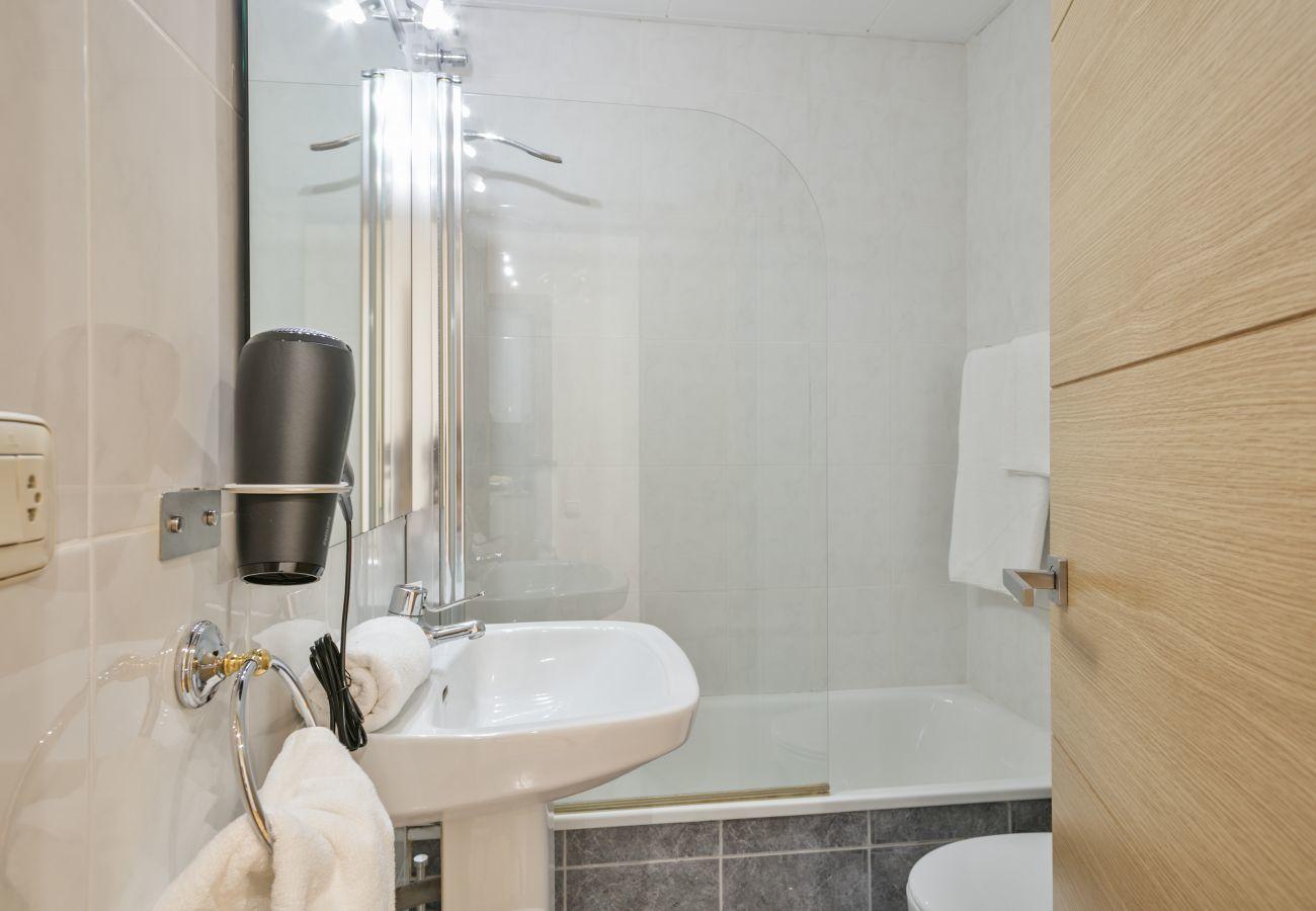 cuarto de baño de invitados con bañera en apartamento familiar cerca de la Sagrada Familia