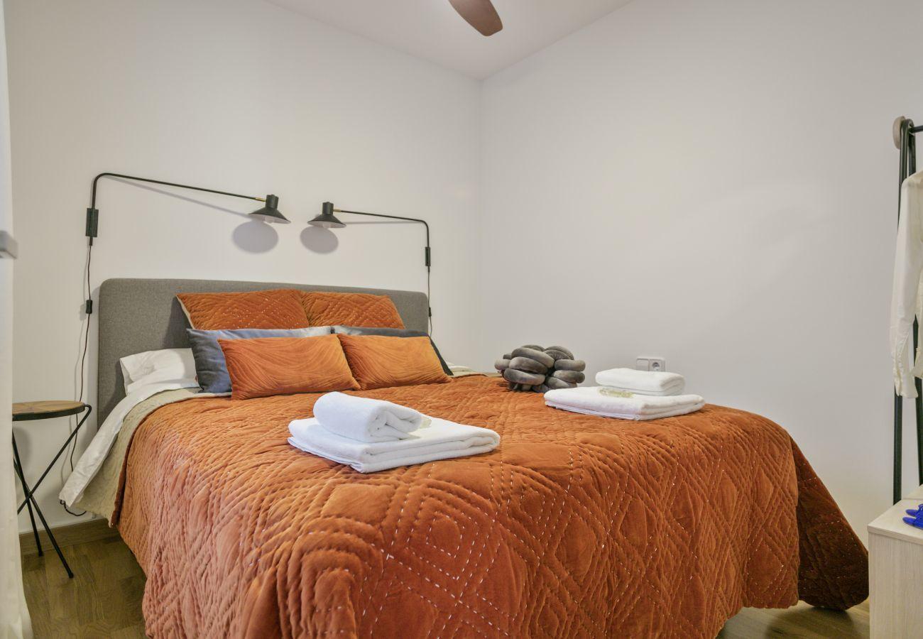 dormitorio con cama de matrimonio cerca de la Sagrada Familia