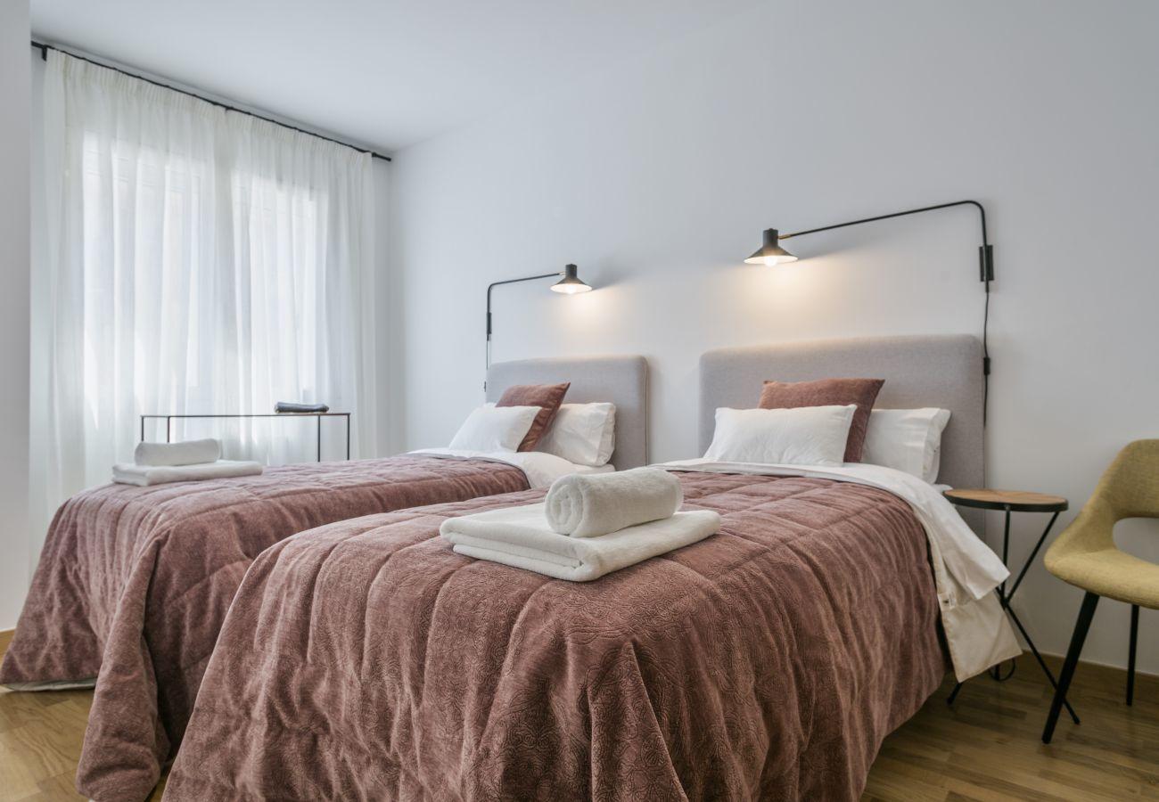 habitación doble con dos camas separadas y aire acondicionado cerca a la Sagrada Familia