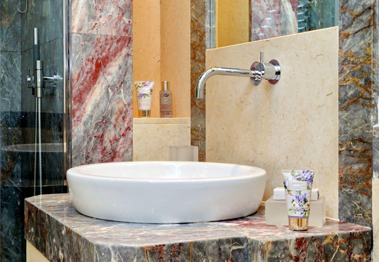 Detalle del lavabo del baño con base de mármol y finos acabados