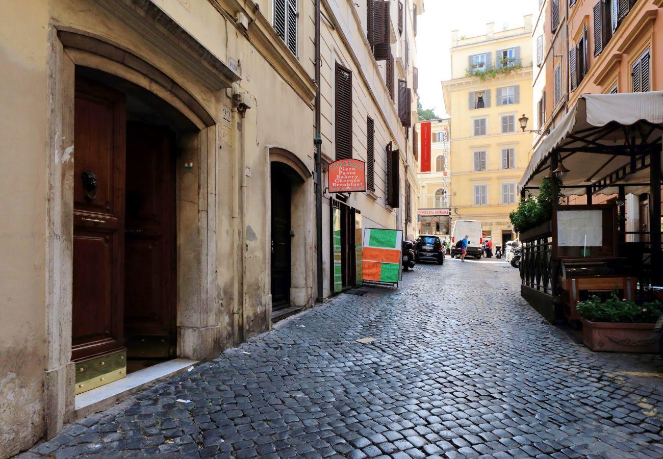 calle con adoquines y puerta exterior