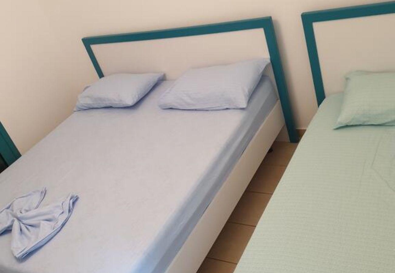 Dormitorio equipado con una cama doble y una cama individual
