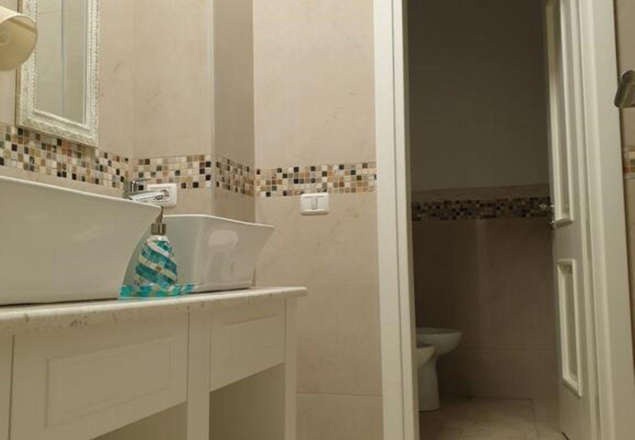 El interior del baño y el hermoso diseño de las paredes de color crema.