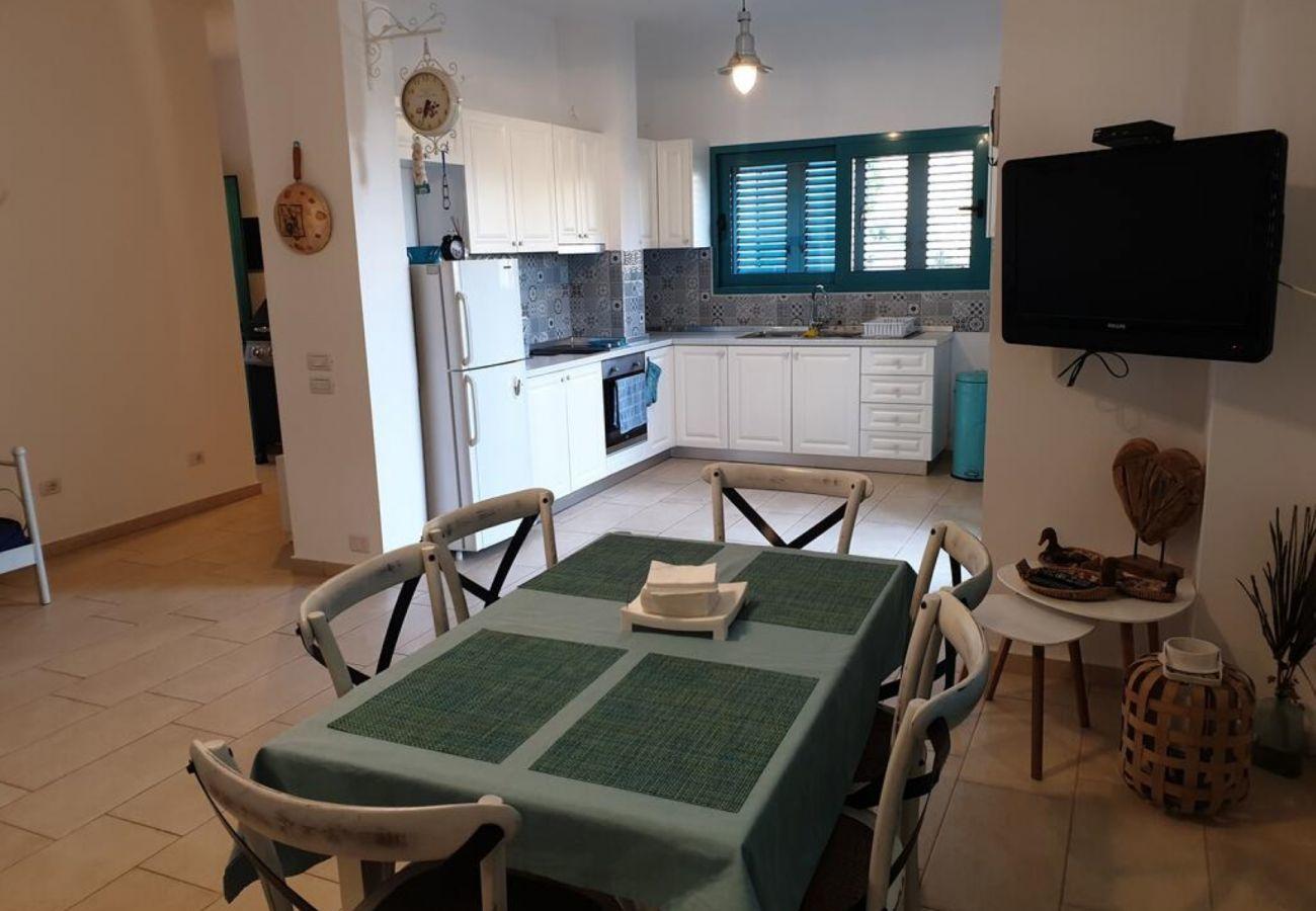 Cocina toda amueblada incluyendo mesa de comedor y TV al frente