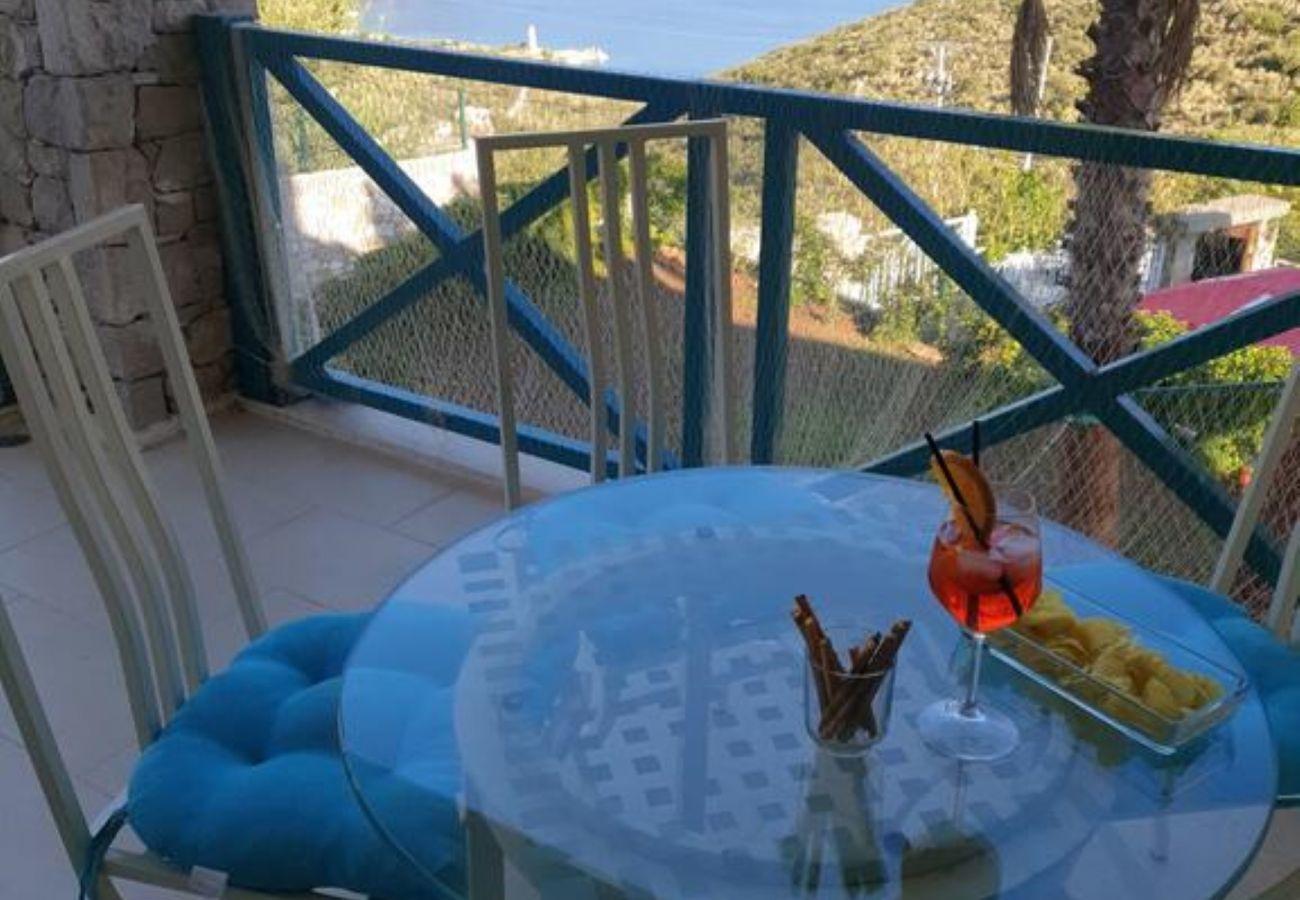 Bonita vista desde el balcón del departamento equipado con mesa y sillas.