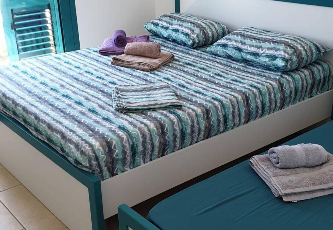 Dormitorio bien equipado con sábanas y toallas