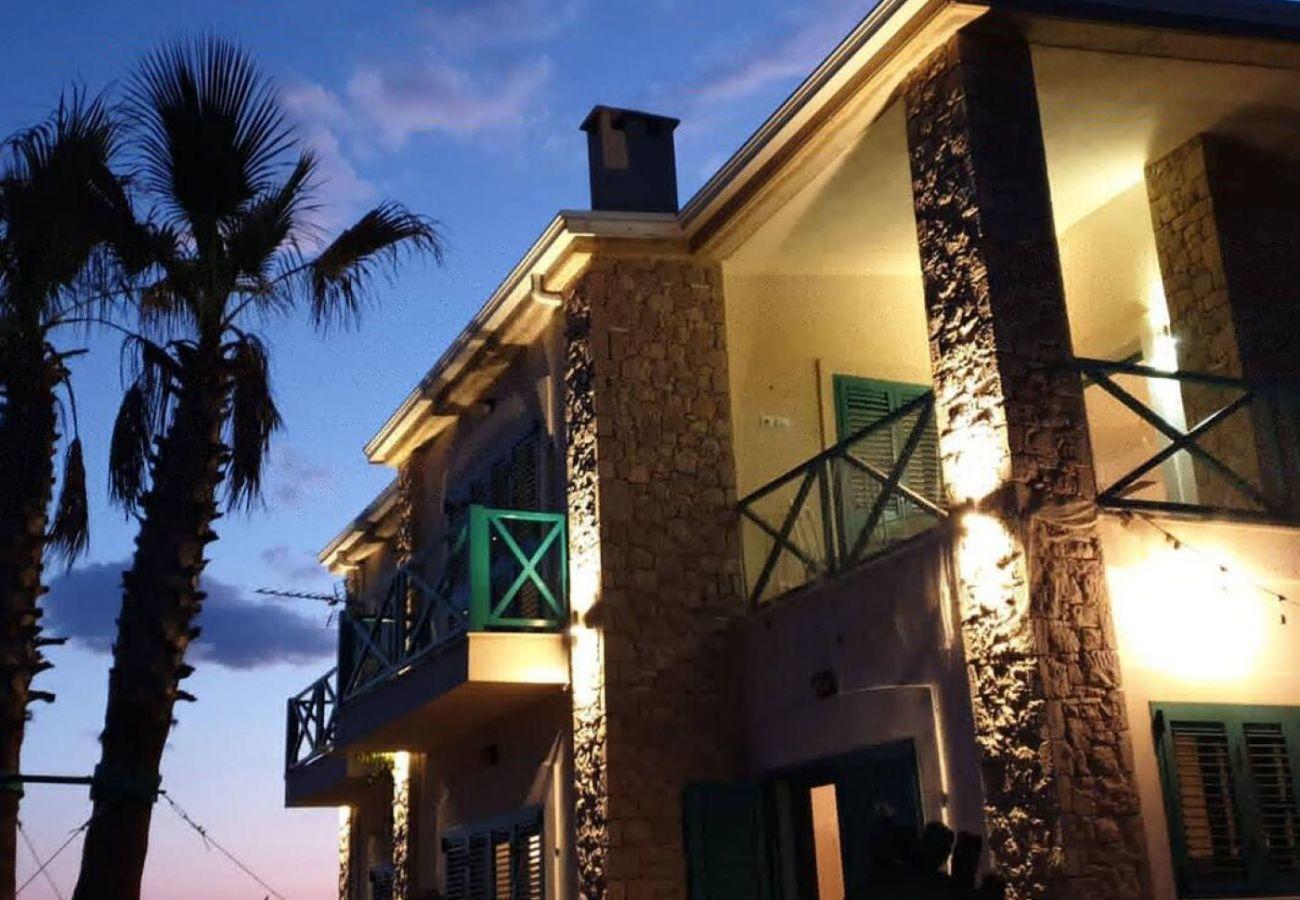 Vista exterior del apartamento por la noche