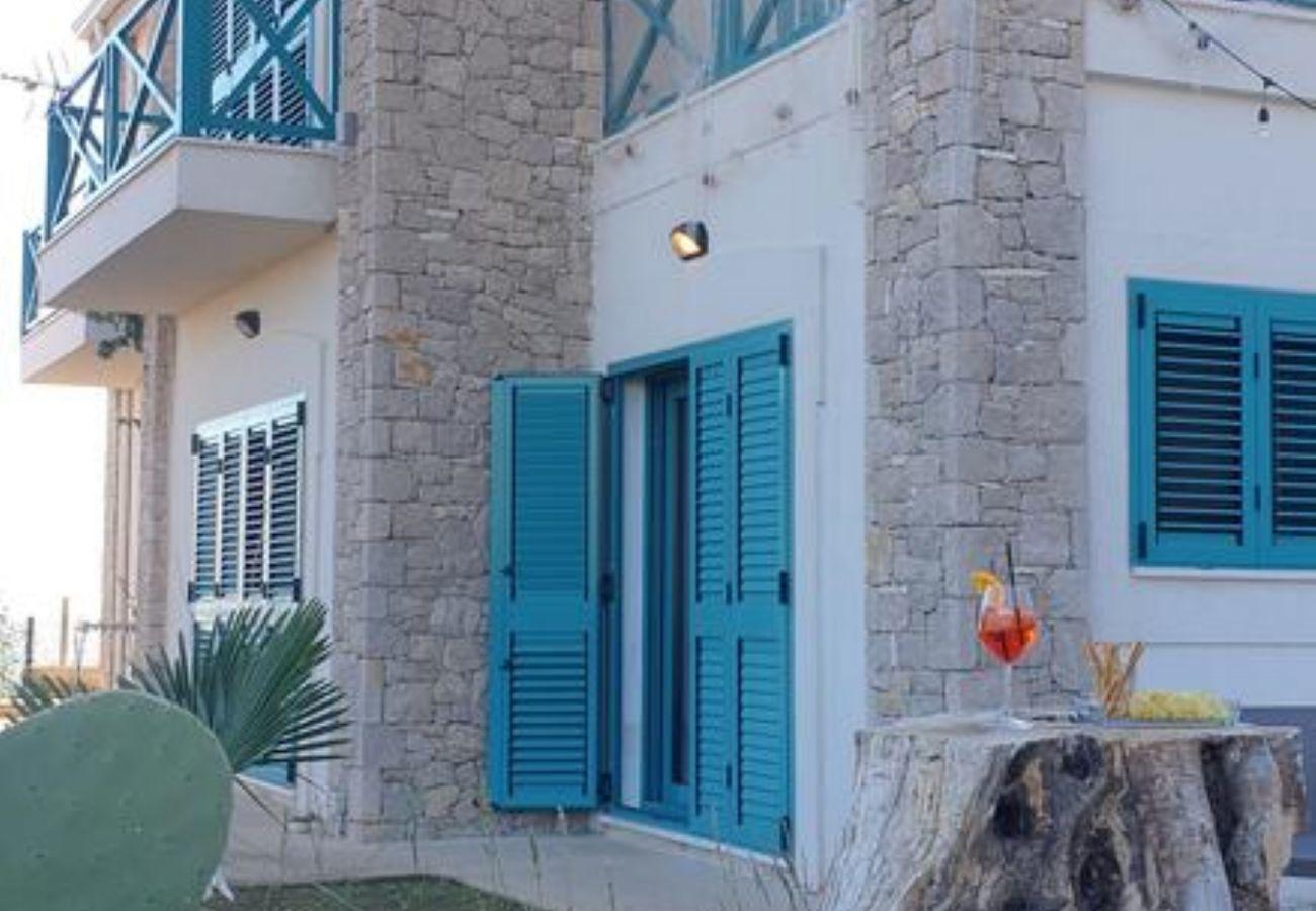 Vista de la puerta de entrada y las ventanas del apartamento