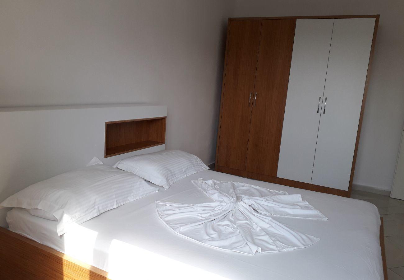 Habitación con cama doble y armario