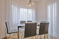 table à manger avec chaises dans un appartement de 3 chambres à Barcelone