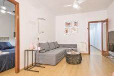 canapé-lit confortable dans le salon de l'appartement de 3 chambres près de la Plaza España