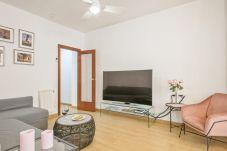 canapé confortable et télévision à écran plat dans le salon de l'appartement de 3 chambres près de la Fira Barcelona