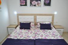 Belle chambre meublée avec lit double et éclairage avec deux lampes latérales