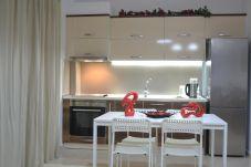 Vue depuis la belle cuisine bien éclairée de l'appartement et la table à pain