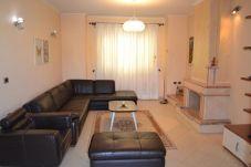Salon bien meublé avec tous les meubles et assez lumineux