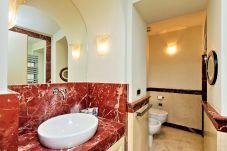 lavabo de salle de bain avec base en marbre