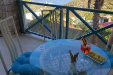 Belle vue depuis le balcon de l'appartement équipé de table et chaises