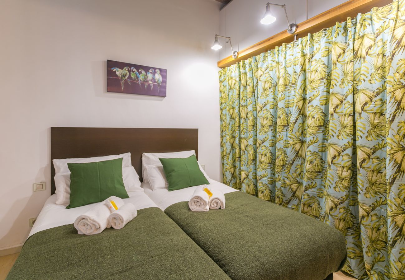 chambre avec 2 lits simples et grand placard BARCELONETA BEACH