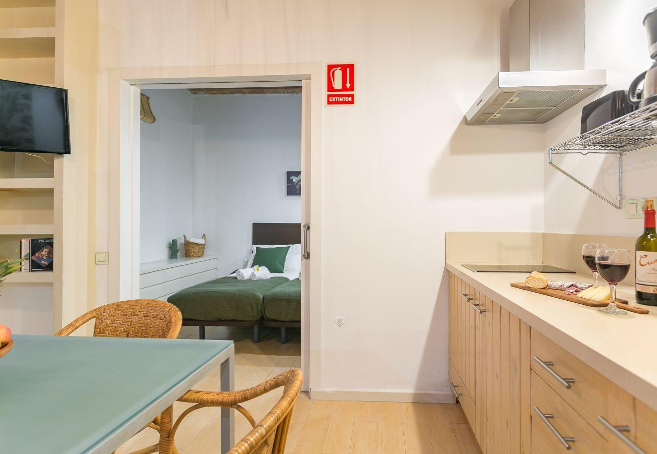 cuisine et table à manger de l'appartement sur la plage de la Barceloneta