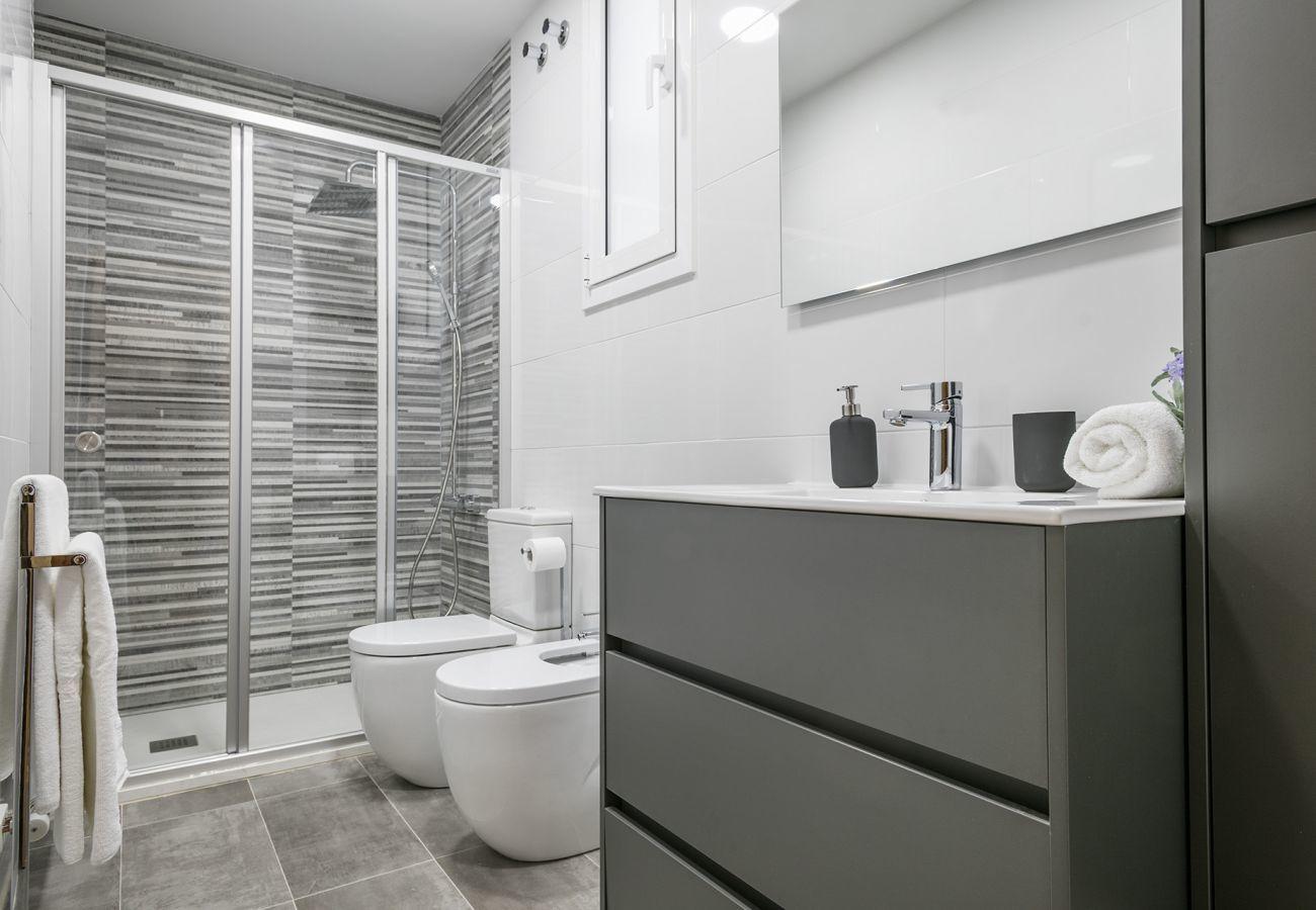 salle de bain avec douche et bidet dans appartement familial près de la Sagrada Familia