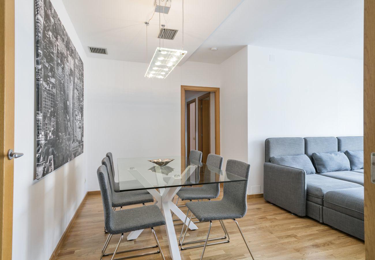 table à manger dans un appartement de 3 chambres à PobleNou Barcelone
