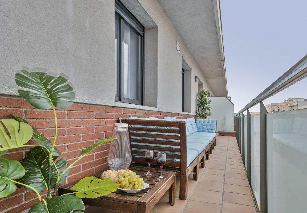 balcon confortable avec grand banc et tables d'appoint dans 3 chambres, 2 salles de bain