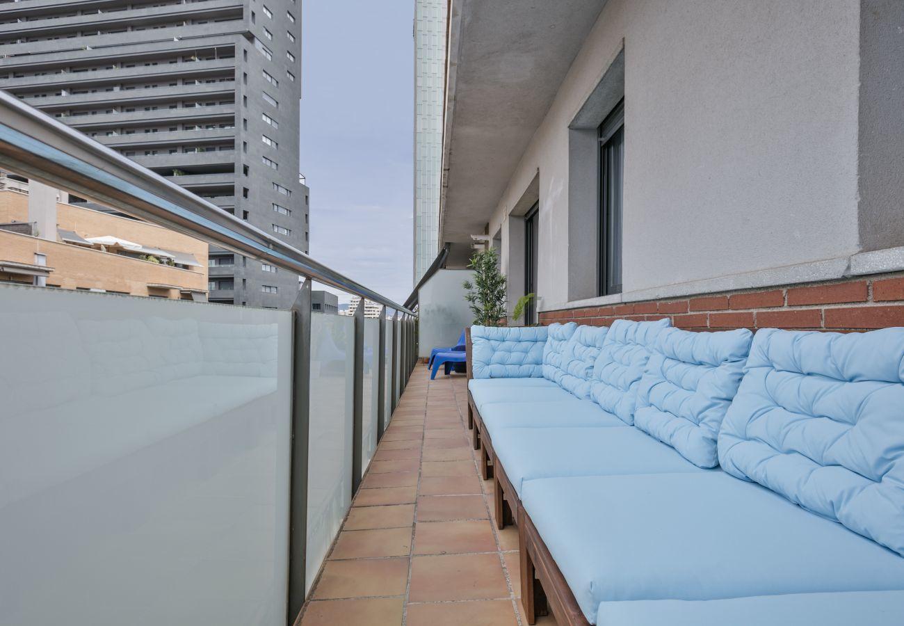 balcon confortable avec banc et tables d'appoint dans un appartement de 3 chambres