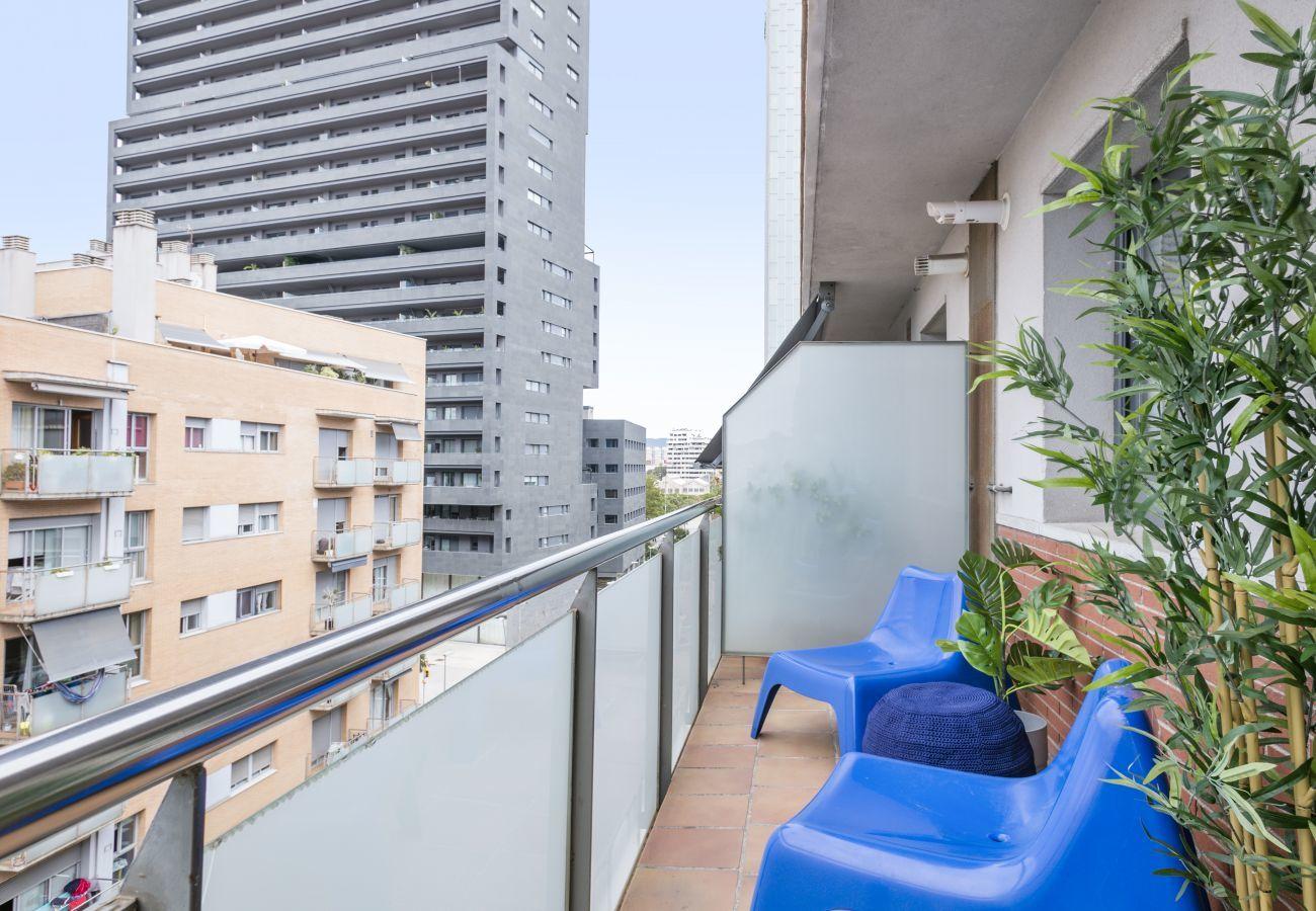 balcon confortable avec chaises longues dans un appartement de 3 pièces à Barcelona