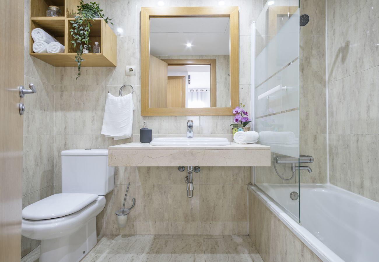 Élégante salle de bains avec baignoire dans un appartement de 3 chambres à Barcelone