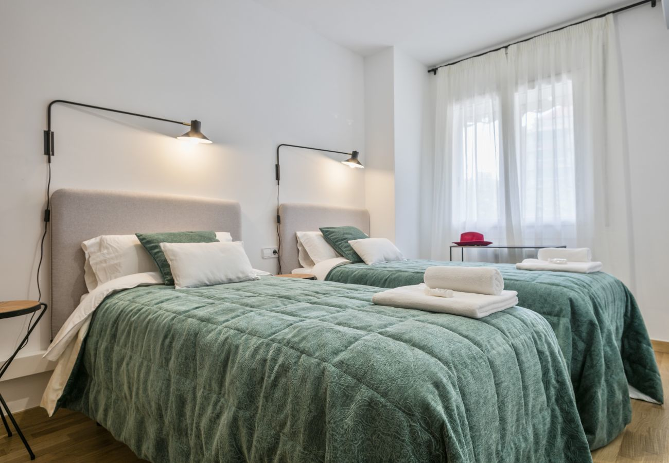 Chambre double avec deux lits simples dans l'appartement familial près de la Sagrada Familia