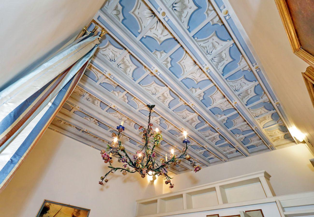 détails du lustre et du toit de la chambre