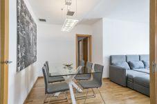 tavolo da pranzo in appartamento con 3 camere da letto a PobleNou Barcelona