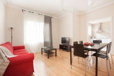 salone dell'appartamento a Vallcarca con vista sulle montagne