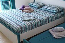 Camera da letto ben attrezzata con lenzuola e asciugamani