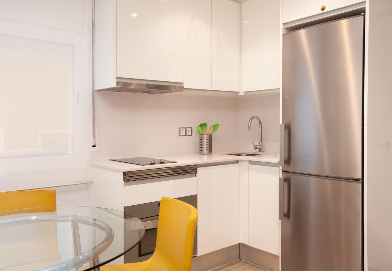 Cucina americana con forno a microonde combinato e lavastoviglie a Barcellona